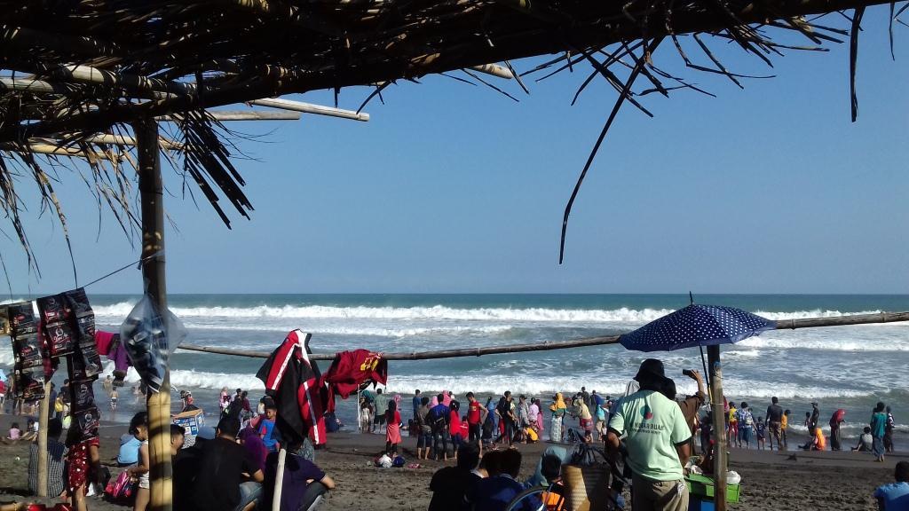 Serunya Menikmati Pantai Laguna Lemburpurwo, Ada Mang Satenya Juga Lho!